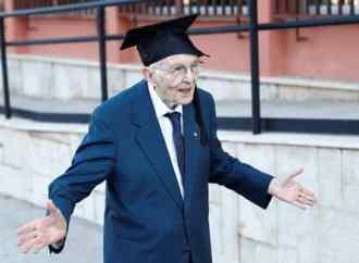 A 96 ans, il obtient son diplôme en histoire et philosophie