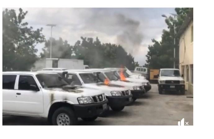 Protestation policière : le bureau du FAES attaqué, plusieurs véhicules incendiés