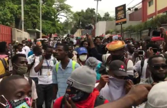 Une marche contre l'insécurité dispersée par la police, des pare-brises de plusieurs véhicules cassés