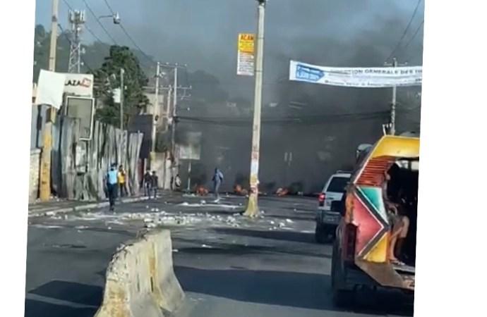 Situation de panique sur la route de l'aéroport : Des agents de la police sur les lieux ont repris le contrôle