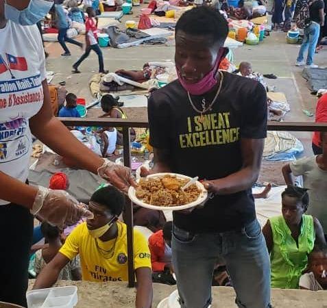 Le FAES distribue des plats chauds aux déplacés, victimes des affrontements entre gangs