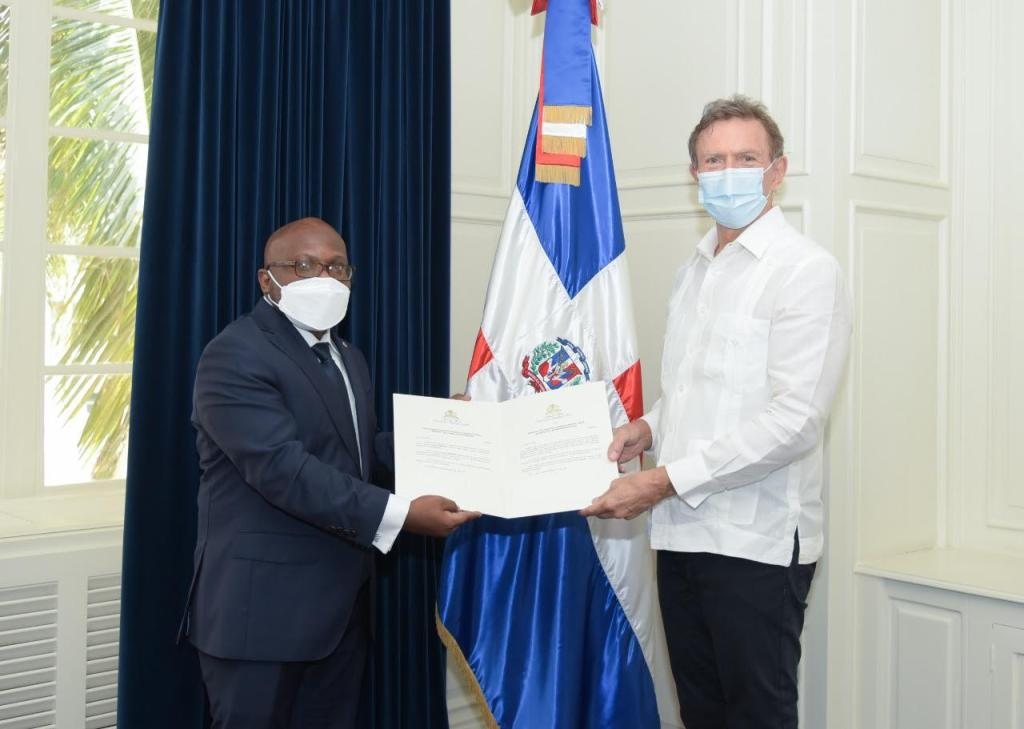 Ambassador Augustin gives Dominican chancellor his credentials