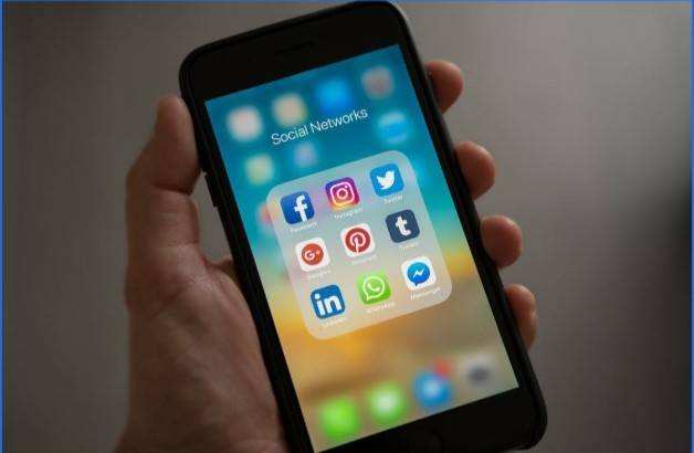 Pros and Cons of Social Media Usage for Students