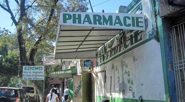 Une rangée de pharmacies à la rue Mgr. Guilloux au centre-ville de Port-au-Prince.Photo: AKJ/Marc Schindler St-Val