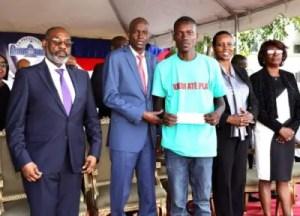 Haïti / Économie : ''Kredi Atè Plat '': Près de 3000 bénéficiaires ont reçu leurs chèques 2