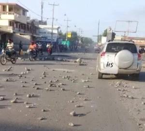 """Calme apparent dans la ville des Cayes (Sud), des Citoyens tentent de """"sortir la tête de l'eau"""" 2"""