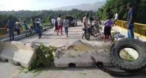 Lascahobas (Centre) : obstruction de la route de Belladère, pour exiger de l'électricité