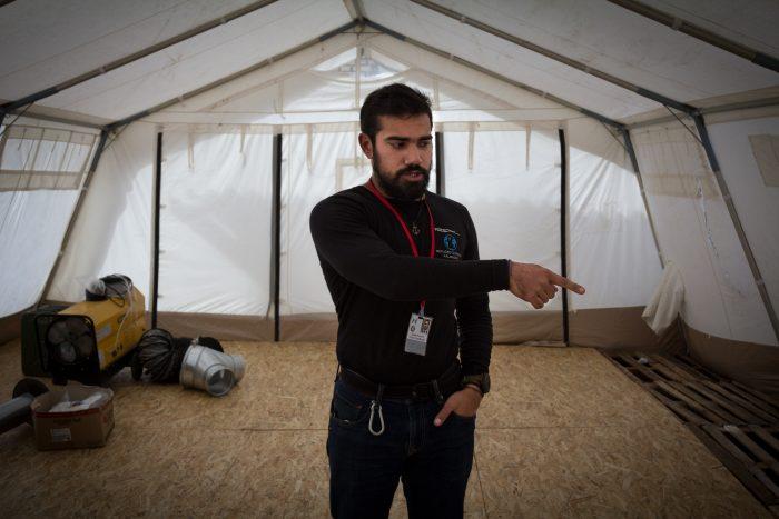 Syd me présentant la future tente de Médecins sans frontières