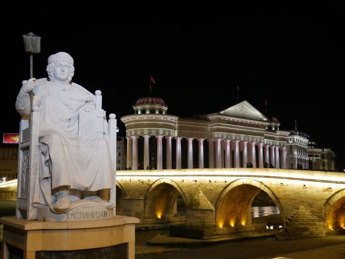Place de la Macédoine de nuit 700x526 1