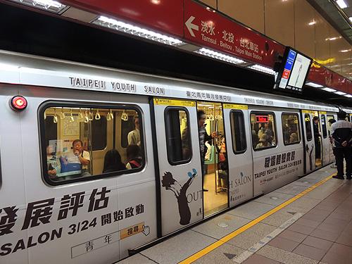 台湾のMRT(地下鉄)は値段が安く安心して使える乗り物です。