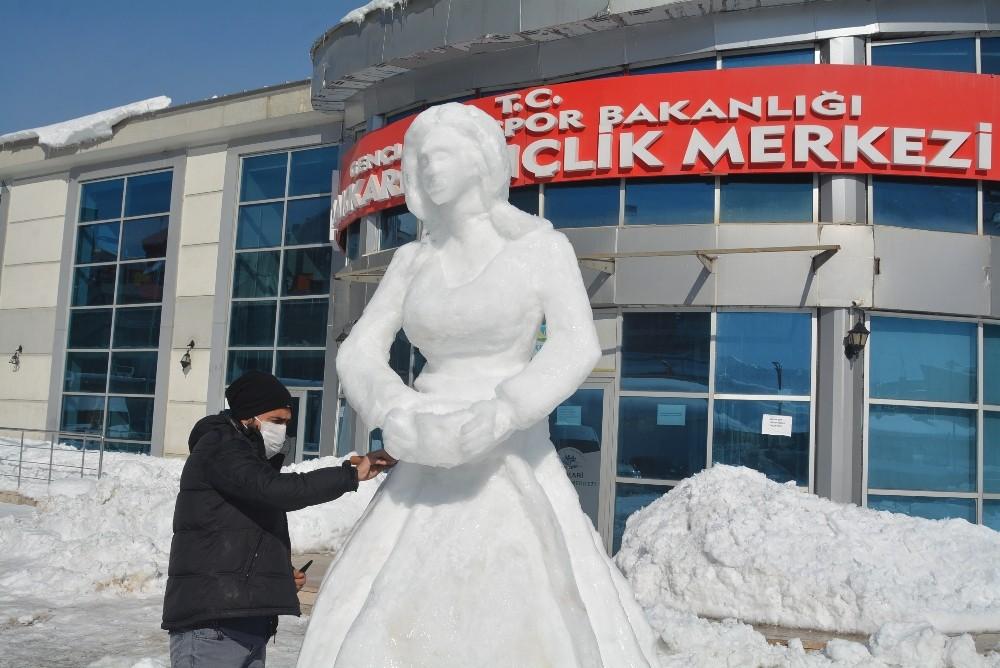 Hakkarili gençlerden kardan 'Surme Hanım' heykeli