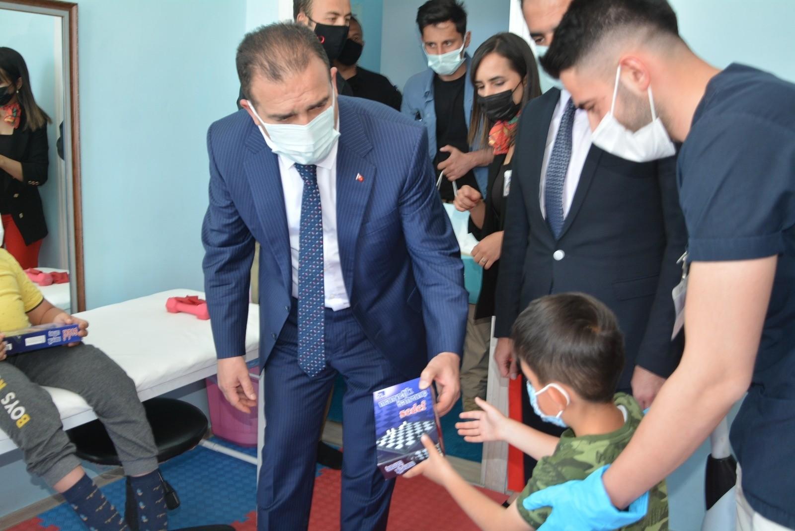 Vali Akbıyık'tan rehabilitasyon merkezine ziyaret