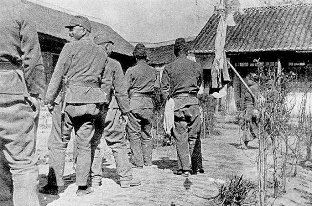 慰安所の前に並ぶ日本兵