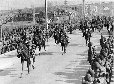 南京に入城する日本軍