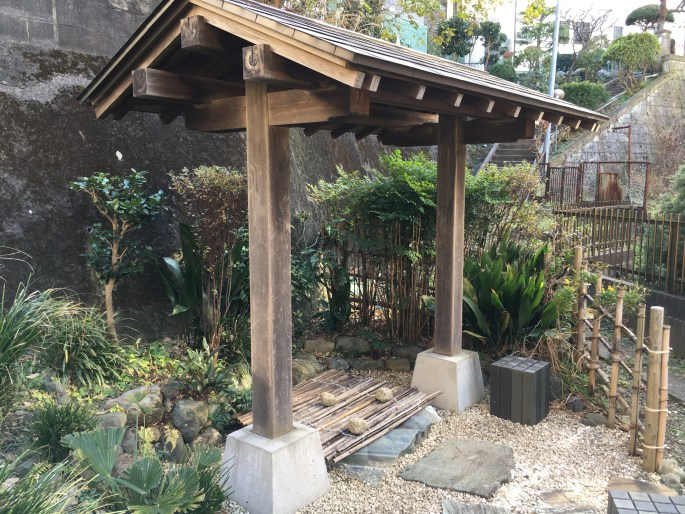 Hodogaya also marks the turnoff ancient Tokaido onto Kamakura Kaido - access to Japan's 12C century capital. Apparently the first Shogun's wife, Hojo Masako, drank from this well near the turnoff point when journing east from her home in Izu Peninsula to set up the new capital