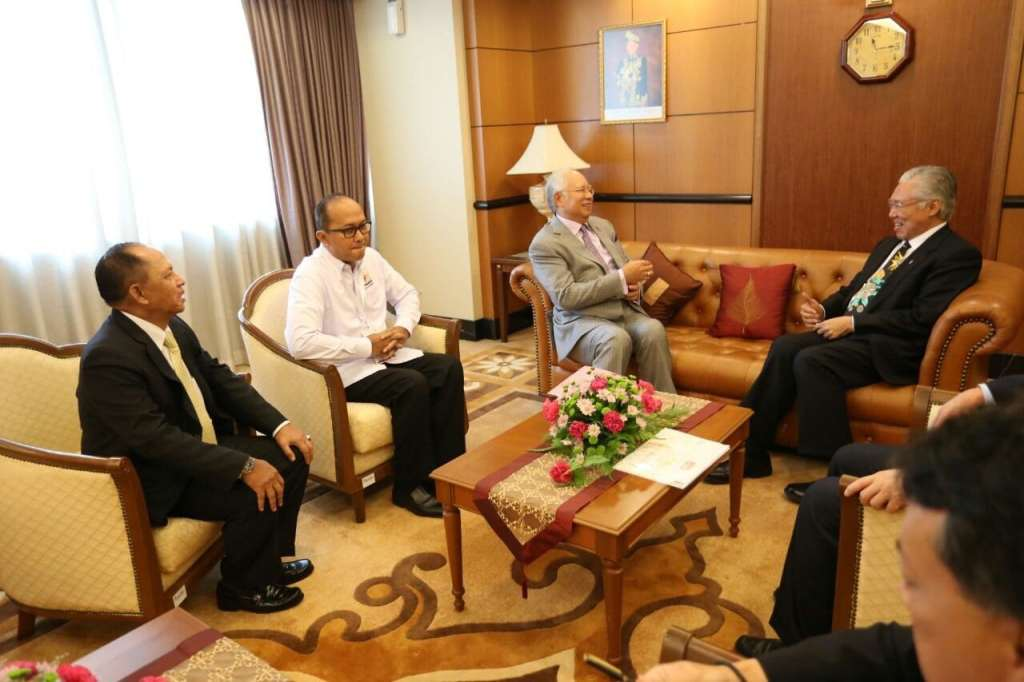 "Bilateral talks: Trade Minister Enggartiasto ""Enggar"" Lukita (right) meets with Malaysian Prime Minister Najib Abdul Razak to talk about trade improvement between the two countries in Kuala Lumpur on Thursday, accompanied by Indonesian Chamber of Commerce and Industry (Kadin) chairman Roslan P Roeslani and Indonesian Ambassador to Malaysia Herman Prayitno. (Courtesy of Indonesian Embassy in Malaysia/File)"