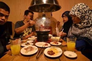halal-tourism-eating