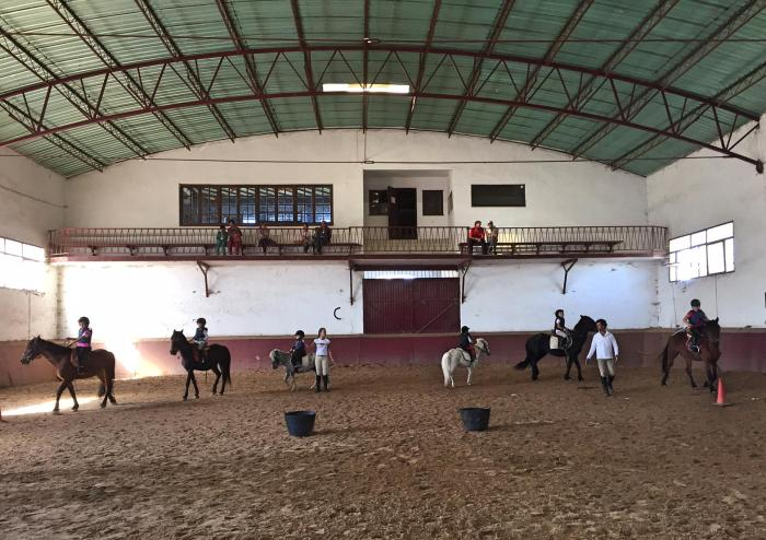 Montando a caballo en el Centro Ecuestre