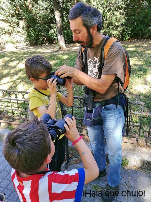 Oliver y Ángel prueban los prismáticos ayudados por Guillermo