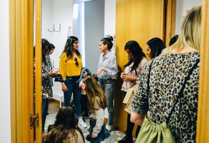 Estefi charlando con otras mamás, en la reinauguración de Family Balance, en Salamanca