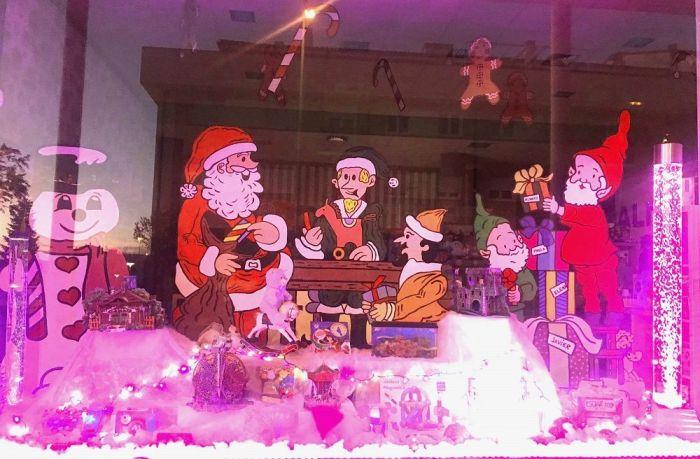 Escaparate de ALMAT preparado para la Navidad