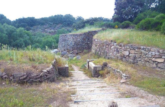 """Excursión """"Arqueólogos por un día"""" visitando el Castro de Las Merchanas"""