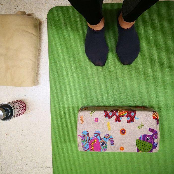 Sesión de yoga en familia y en casa