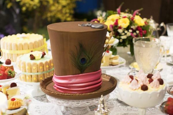 Mini-Oscars: for the best children's movies of 2016 voted on by children | Halfpint Design - Alice Through the Looking Glass, beautiful Mad Hatter cake