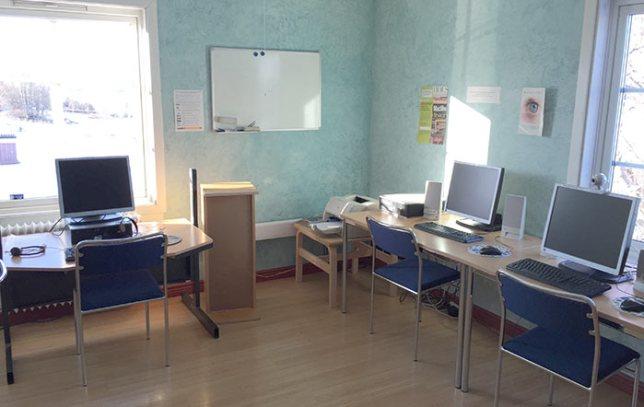 På övervåningen finns en datorsal där du kan läsa nyheter, kolla epost och annat. En av datorerna är utrustade med webbkamera.