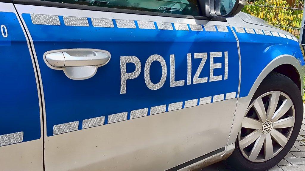 Ein falscher Fernsehtechniker hat laut Polizei am Dienstag eine Gelsenkirchener Seniorin bestohlen. Mitsamt Bargeld und Schmuck ist er geflüchtet.