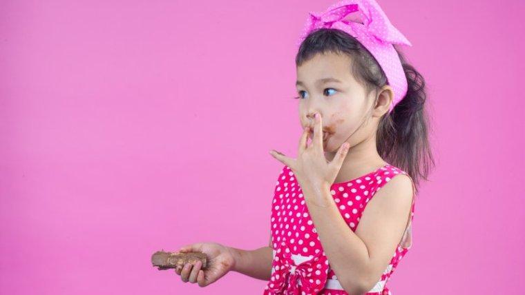 Stop Kebiasaan Makan Permen pada Anak, Ikuti 5 Tips Ini!
