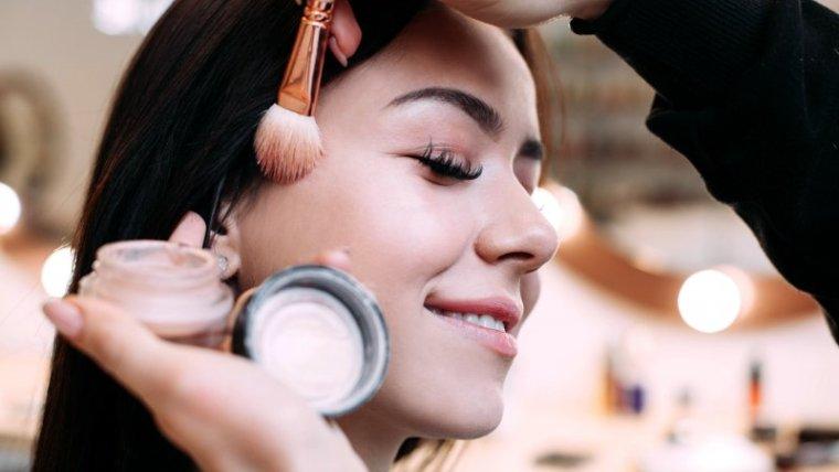 Tetap Cantik & Aman, Tips Memilih Kosmetik Saat Hamil