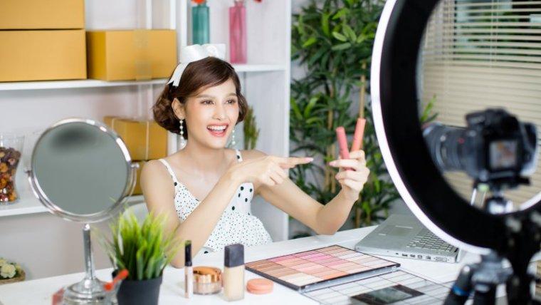 7 Trik Makeup Cantik Tanpa Foundation, Cuma 10 Menit!