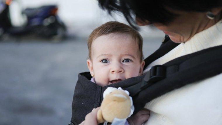 Ketahui Bahaya Gendongan Bayi Depan Moms!