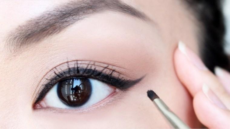 Buat Tampilan Mata Moms Lebih Indah dengan Eyeliner Waterproof