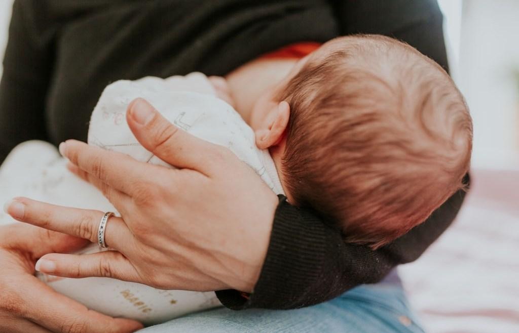 Ini Dia 5 Cara Menyusui Bayi Tidur yang Aman Moms