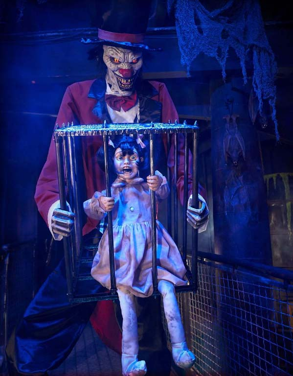 Rotten Ringmaster 7 ft animatronic from Spirit Halloween