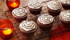 halloween cupcakes chocolate cobweb