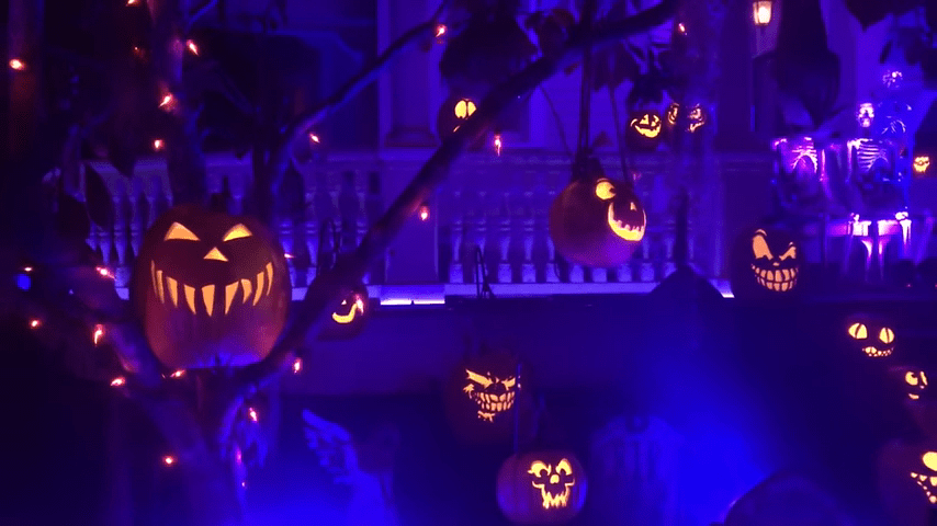 Ghost Manor Halloween Decorated House Show Awesome Pumpkins