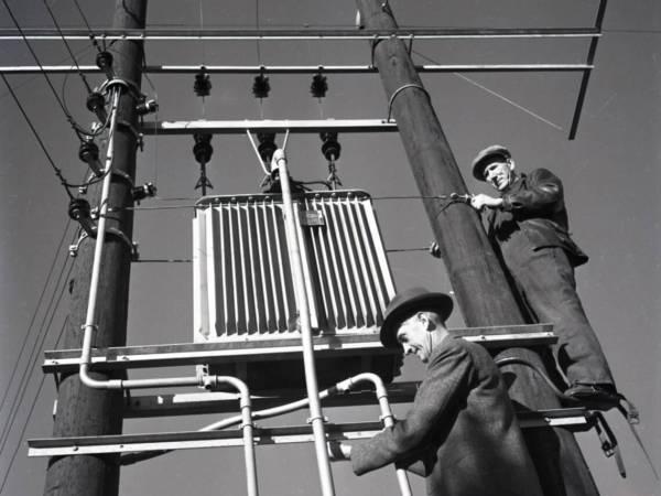 Montörer på elstolpe