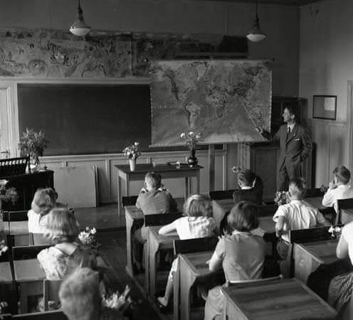 En skolklass undervisas av en magister i ett klassrum i Glösbo 1956.