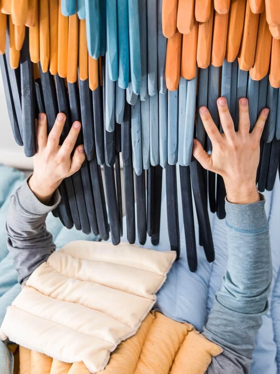 Händer som berör material