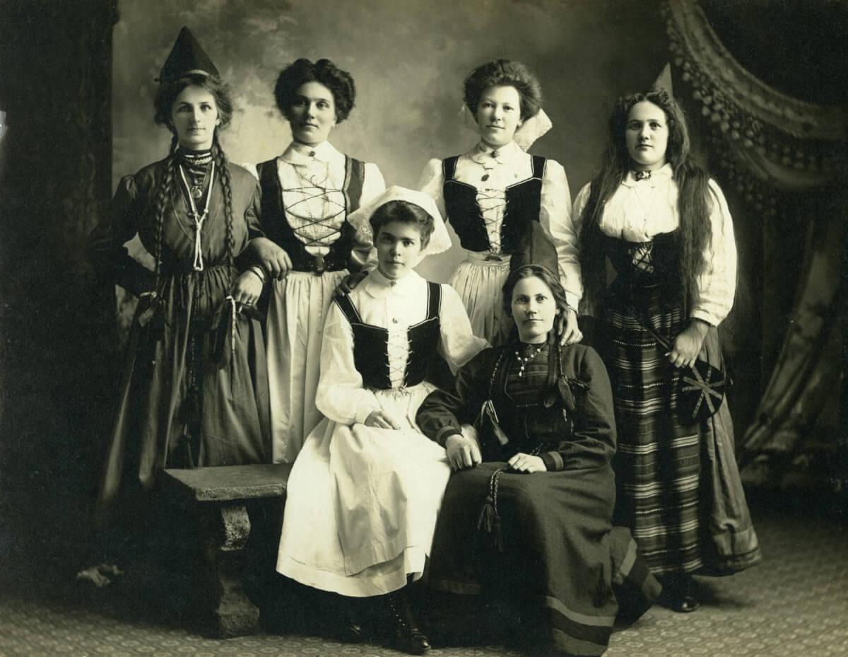 Ett grupporträtt av kvinnor i folkdräkt.