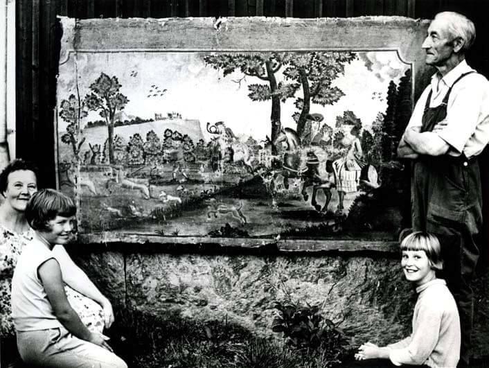 Bild av väggfält med poserande personer.