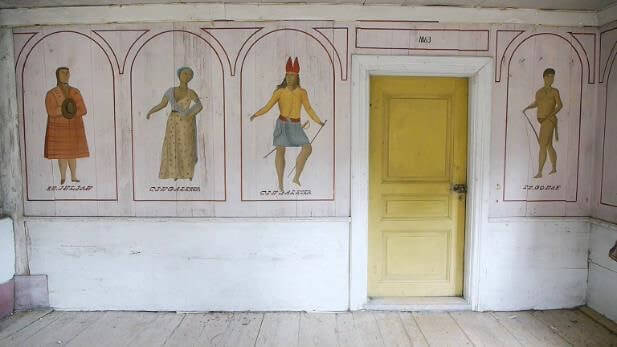 Interiör från Slåttagården med väggmåleri föreställande människor från olika delar av världen.
