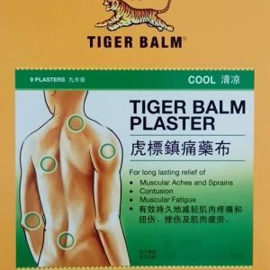 person med tiger balsam plåster patches grön