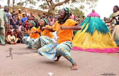 In-out la danse au plus pres des populations