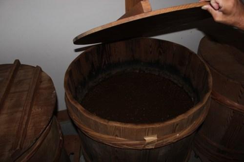 味噌を熟成させる杉樽