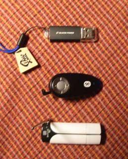 上から、USBメモリー、ヘッドセット、ワンセグチューナー