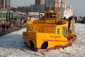 Fähre im Hafen 2012